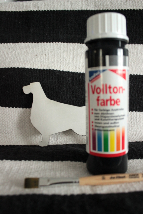 Farbe, eine Hundesilhouette und Pinsel für die DIY Hunde Tapete