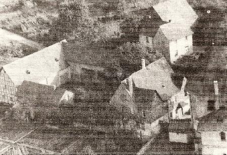 Luftbildaufnahme des alten Pfarrhofes. Aufnahme vor 1964.