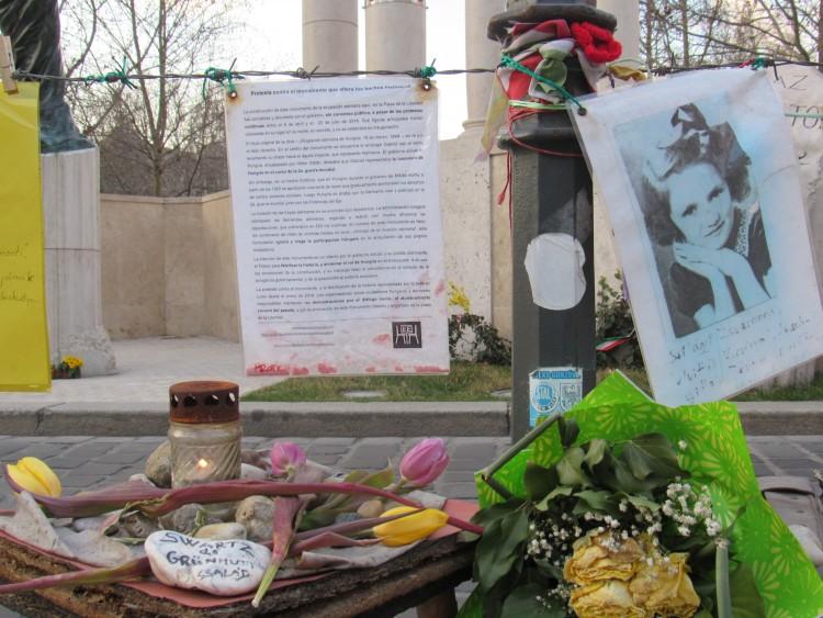 The alternative Holocaust memorial in Freedom Square/Szabadság tér. Photo: Christopher Adam.