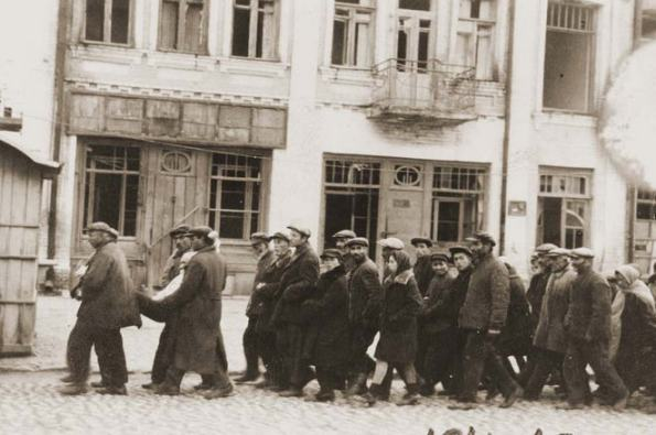 Deported Jews from Hungary in Kamenets-Podolskii / Source: www.memorialashoah.org
