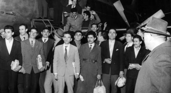 Turkish guest workers arriving at the Düsseldorf Airport on November 27, 1961 / Source: en.qantara.de