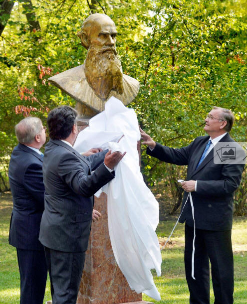 Unveiling Lev Tolstoy's bust in Városliget, October 16, 2013 / MTI / Photo Zoltán Máthé
