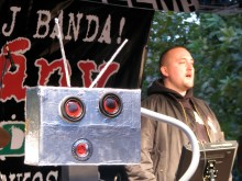 Tomcat sings the Hungarian national anthem next to his trash-talking robot at anti-government demonstration (10/22/2007).
