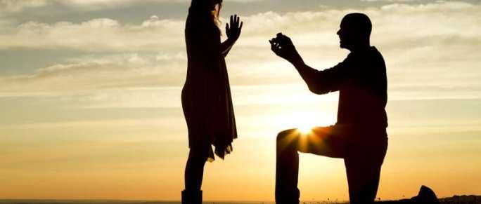 Verlobung bei Sonnenuntergang | © panthermedia.net / icsnaps