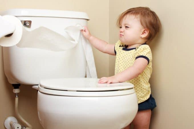 Störrisches Baby zieht Toilettenpapier | © panthermedia.net /markcarper