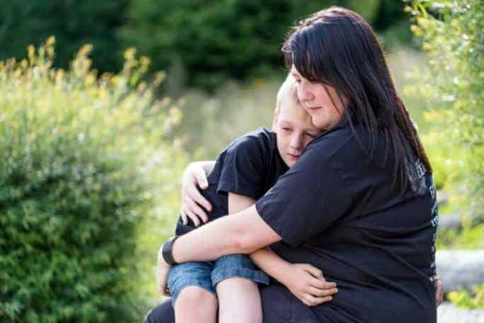 Mutter umarmt ihr Kind | © panthermedia.net /Stephanie Eichler