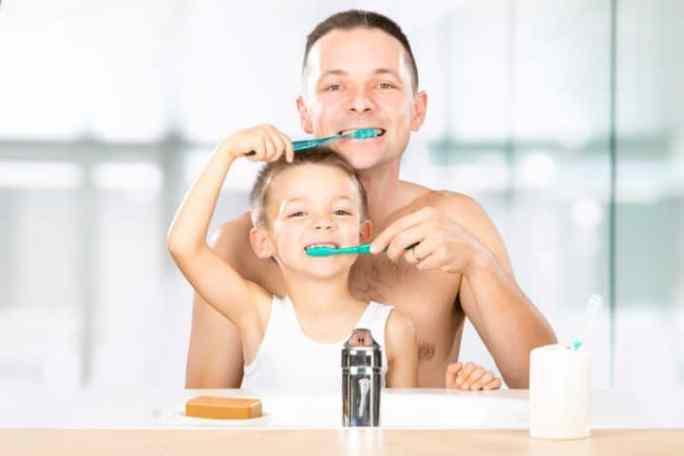 Kind und Vater putzen sich gegenseitig die Zähne | © panthermedia.net /info.zonecreative.it