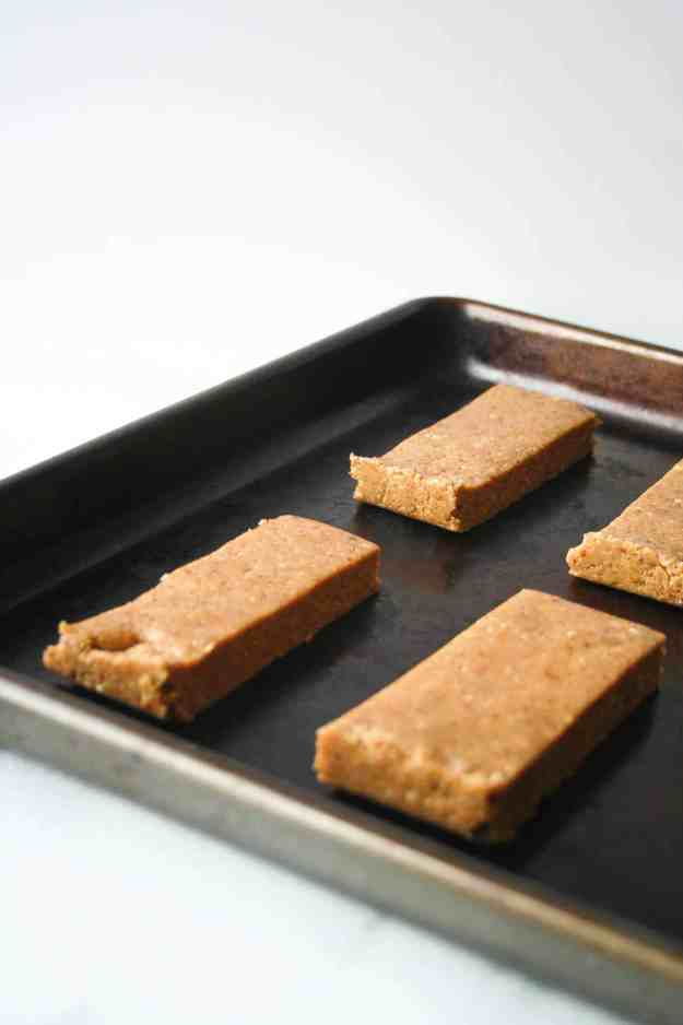 Breakfast on the go - Almond Butter Protein Bars | hungrybynature.com
