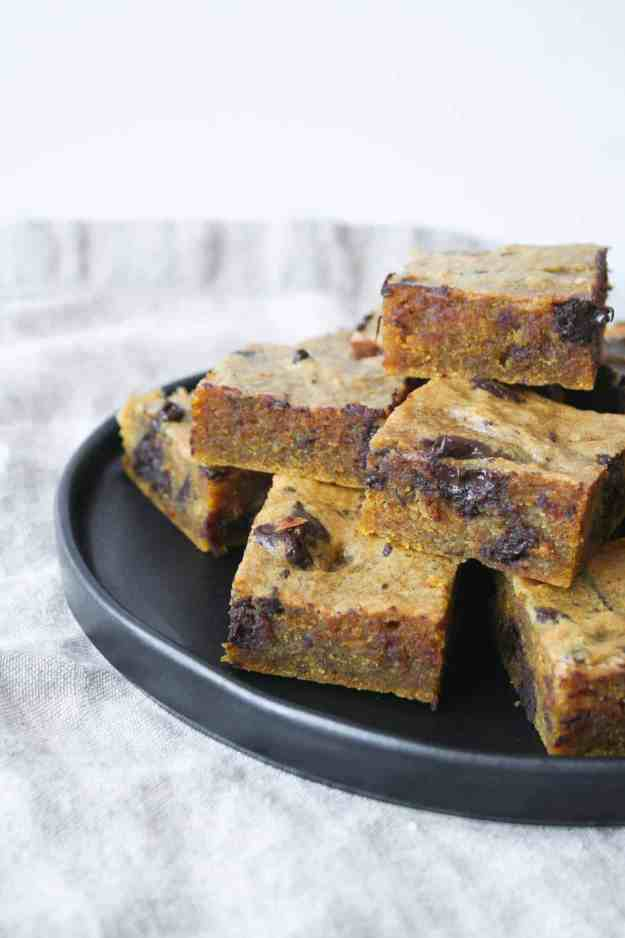 I love the melty dark chocolate chunks in these pumpkin blondies - perfect for a Halloween treat! | Hungry by Nature