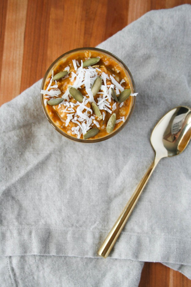 Make this delicious and healthy pumpkin pie overnight oats with all the spices of fall. | hungrybynature.com