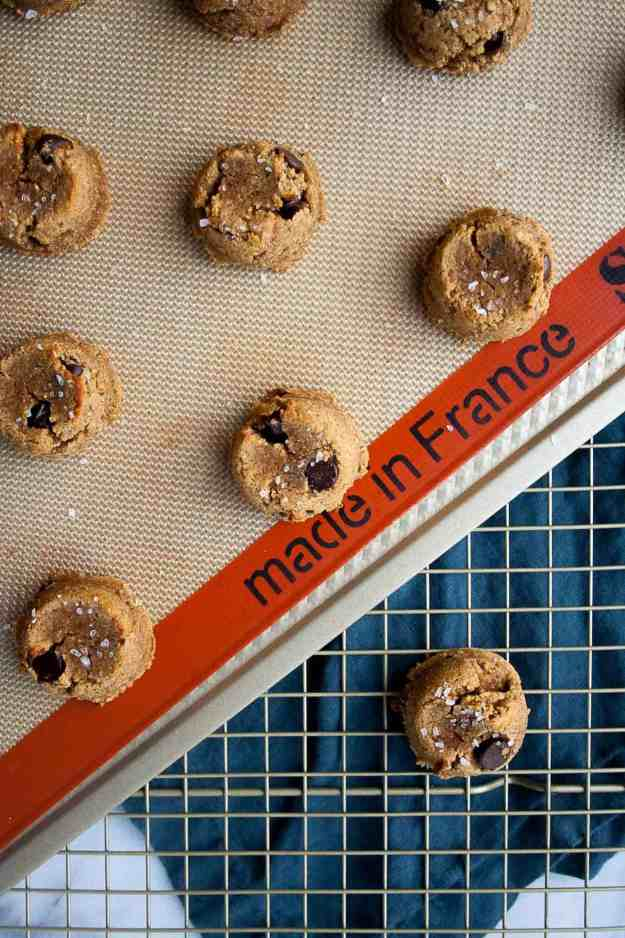 Paleo Pumpkin Cookies with Dark Chocolate Chips | pumpkin recipes, coconut flour, almond flour, maple syrup, gluten free, diary free, grain free, easy, pumpkin spice, fall, baking | hungrybynature.com