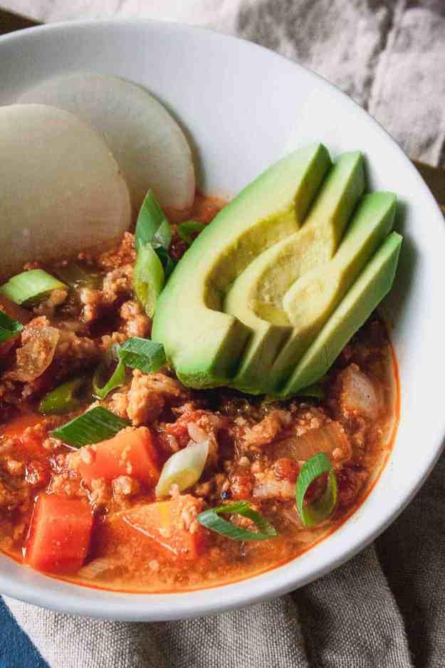 Whole30 Slow Cooker Buffalo Chicken Chili | #whole30 #januarywhole30 #superbowl #superbowlfood #chili #slowcooker #buffalochicken #paleo #easy #healthy #crockpot | hungrybynature.com