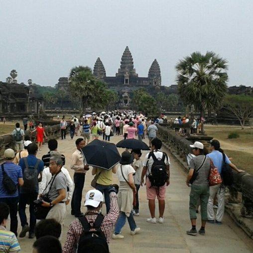 Menschen vor Angkor Wat