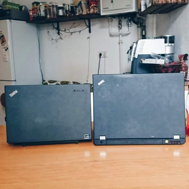 zwei Laptops in Küche