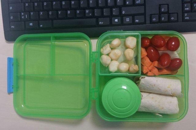 grüne Box aus Plastik, gefüllt mit Lebensmitteln