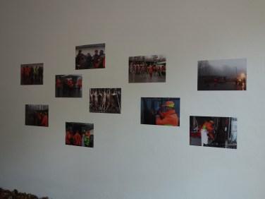 Die rechte Wand besteht aus Screenshots des Dokumentarfilms und trägt zur atmosphärischen Verdichtung der Installation visuell bei