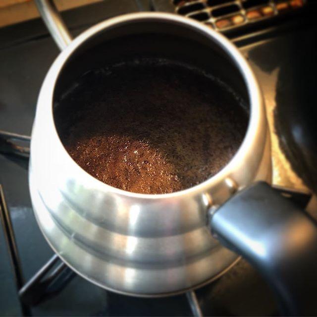 自家焙煎豆でボイル式の実験。ちゃんと濃く出たので、前回のはやはりあの豆の個性だったようです。ただ、コクと風味をボイル式で出すのは難しい…なんか雑な味になってしまいます。修行が足りないだけかも…ドリップで出すお店が多いのも納得。#コーヒー#珈琲#実験#ボイル式#未熟者#フレンチプレス#楽だから#好き