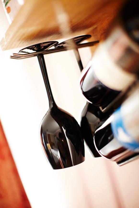 Vinglas och vinflaska i Tornrummet