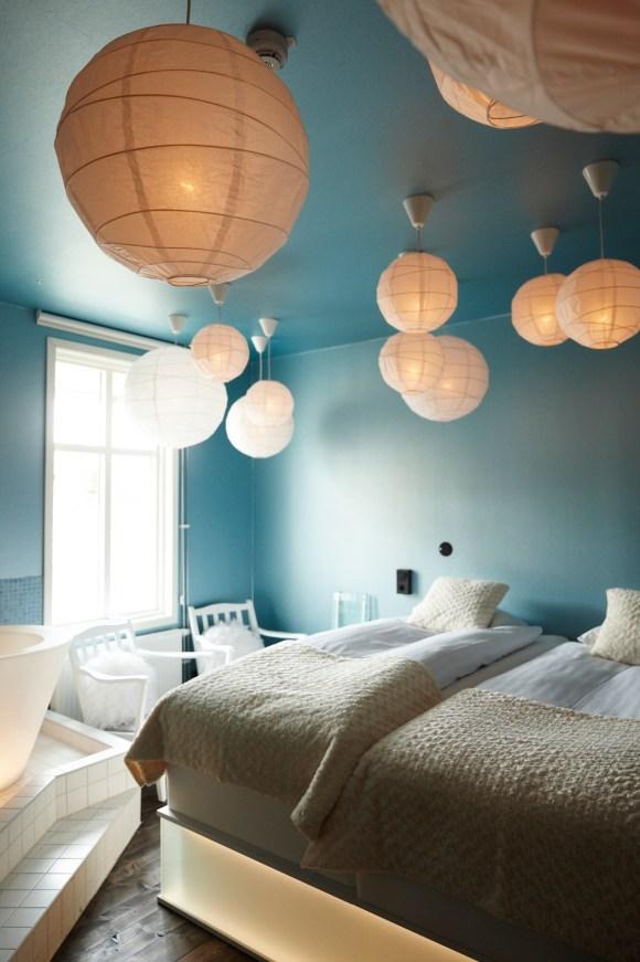 Himmelska rummet med flera lampor i taket