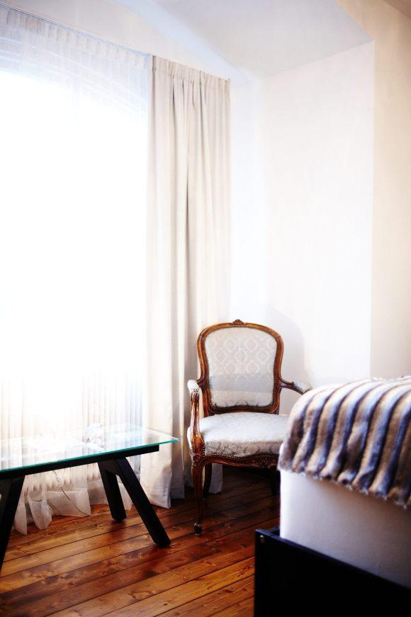 Stol jämte fönstret i Antika rummet