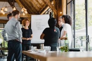 Susan Eggels bij Roots inspiratielocatie meeting team bespreking overleg fotoshoot Bedrijfsfotografie Teams met Toekomst