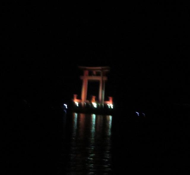 浜名湖の弁天島の鳥居がライトアップされている