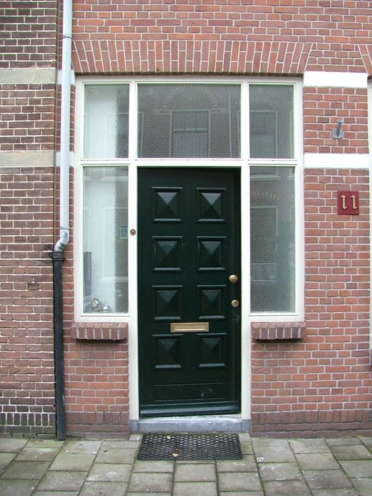 Buitenaanzicht voordeur voor renovatie