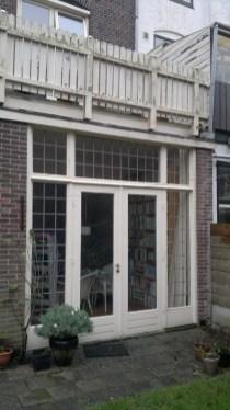 Nieuwe ramen van buitenaf gezien en het oude balkonhek