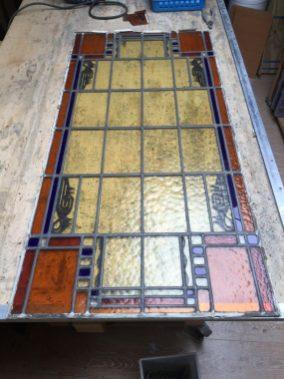 Glas in lood gereinigd en in nieuw lood geplaatst