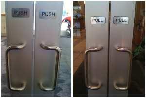 Døra har handtak på begge sider – sjølv om det berre er på eine sida du kan dra.