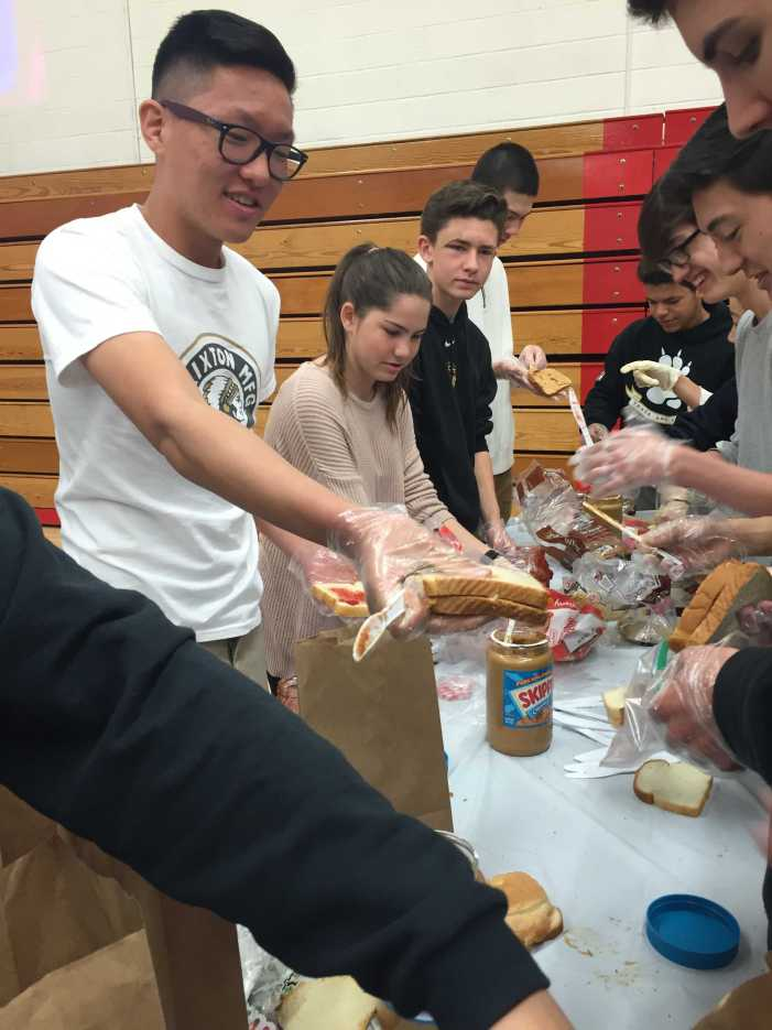 Sophomores make lunches for food pantry