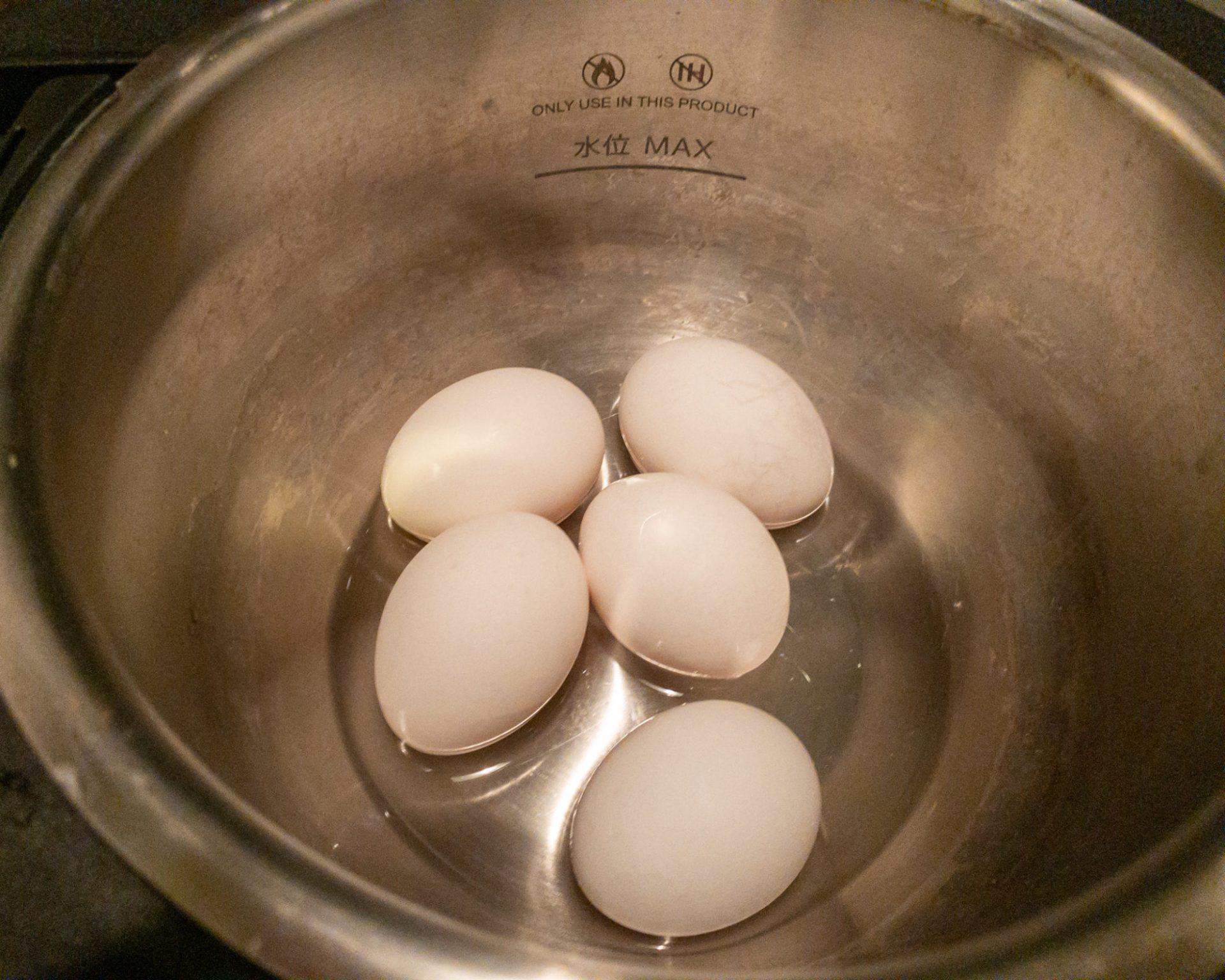 卵と水をホットクックに投入する