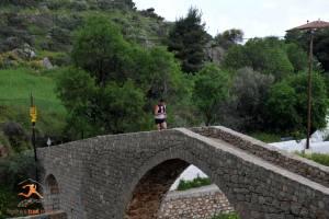 Δρομέας στο γεφύρι του Βλυχού