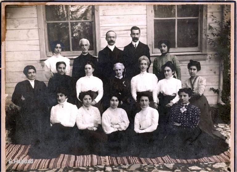 Üst Soldan sağa : Miss Hovagimyan, Sarkis Efendi Paravazyan, Rev.H.Cecicyan, Mr.H.Alexanian, Zaruhi Kavalciyan. Ortada soldan sağa : Miss Lazyan, Mme.Tosunyan, Mary Kinney, Laura Farhnham , Madeline Gile, Miss Malkhasyan, Hayganuş Arzumanyan. Alt sırada soldan sağa doğru: Armenia Kavalciyan, Miss Kasbarian, Paruhi Tahmazyan, Armenuhi Kalacikyan, Brisgiğa (?) Nodaryan .