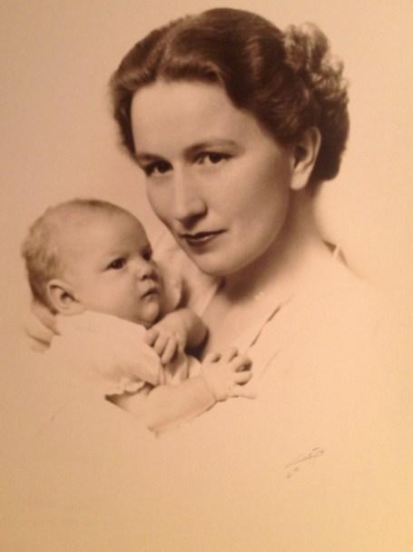 Florence & Penelope Jane Walholm, age 6 weeks (Nov 1939)
