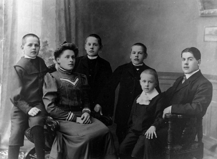 Children of Robert Herman Hylbom, circa 1906: L to R: John, Maria (Maja), (twins) Robert & Martin, Tor Emil, Bror Ivar
