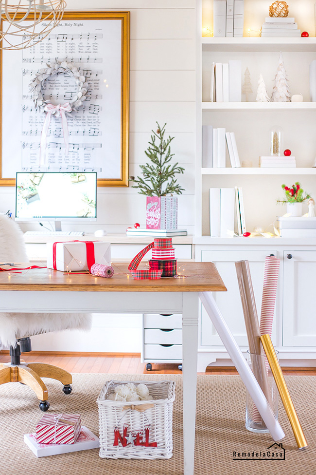Home Office Decorated for Christmas - RemodelaCasa