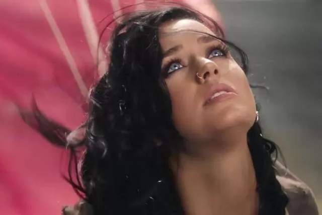 Katy-Perry-releases-her-video-to-Rise