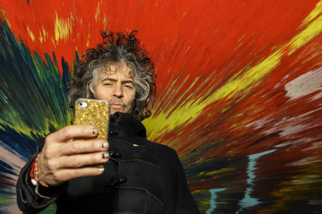 Wayne Coyne taking a self-portrait with a Damien Hirst (photo by George Salisbury)