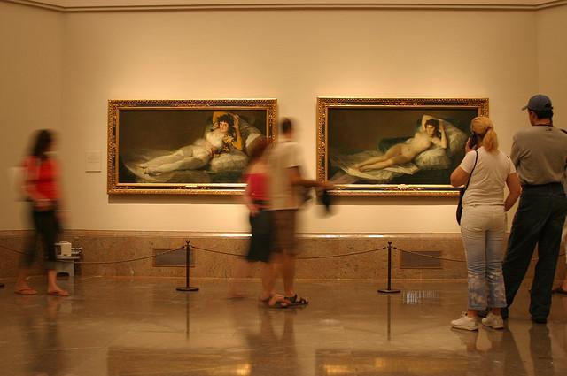 """Goya's """"La maja vestida"""" and """"La maja desnuda"""" in the Prado (photograph by MamboZ/Flickr user)"""