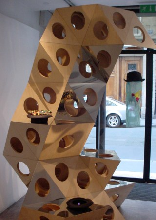 Installation view Chapeaux! Hommage à Robert Filliou