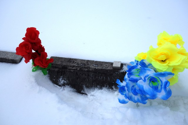 Grave of Piet Mondrian in the snow (photograph by the author)