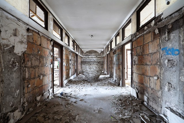 After warning Hocking that the former train station could not support the weight of the egg he was building out of marble slabs on the fourth floor, excavation crews built a support beam on the floor beneath to enable him to complete his work.