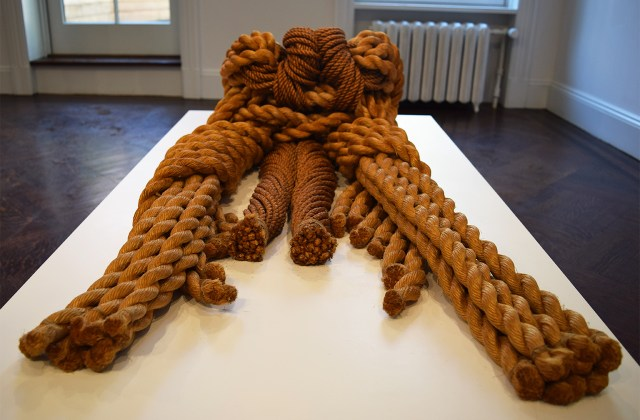 """Françoise Grossen, """"Sisyphe"""" (1974), dyed and natural manila rope (all photos by the author for Hyperallergic)"""