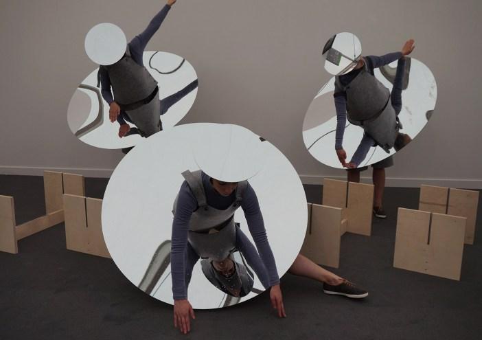Performance de Eduardo Navarro durante a Frieze. O artista apresentará uma obra inédita na estreia do setor OpenSpace, na SP-Arte