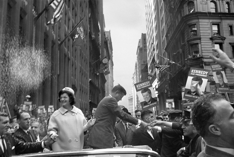 Cornell Capa, [John F. Kennedy and his wife, Jackie, campaigning in New York] (October 19, 1960) (© International Center of Photography / Magnum Photos)