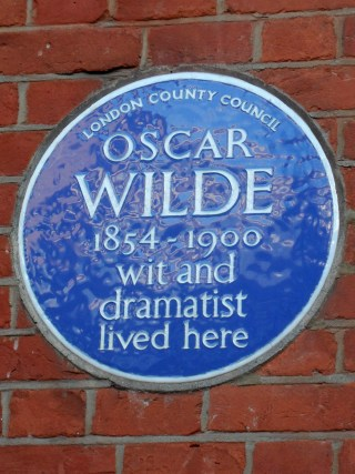 Blue Plaque at the 34 Tite Street former home of Oscar Wilde in London (photo by Spudgun67/Wikimedia)