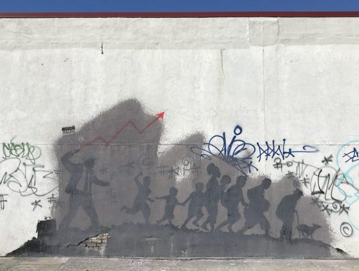 O maior dos dois murais de Banksy em Midwood apareceu parcialmente encoberto por tinta cinza