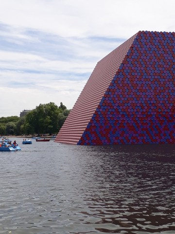 """""""The London Mastaba"""" (2018) (photo by the author for Hyperallergic)"""
