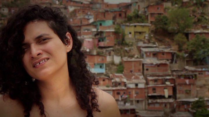 "Erika Ordosgoitti, ""Me abro la cabeza"" (2013), video 4:39 (imagen cortesía de la artista)"
